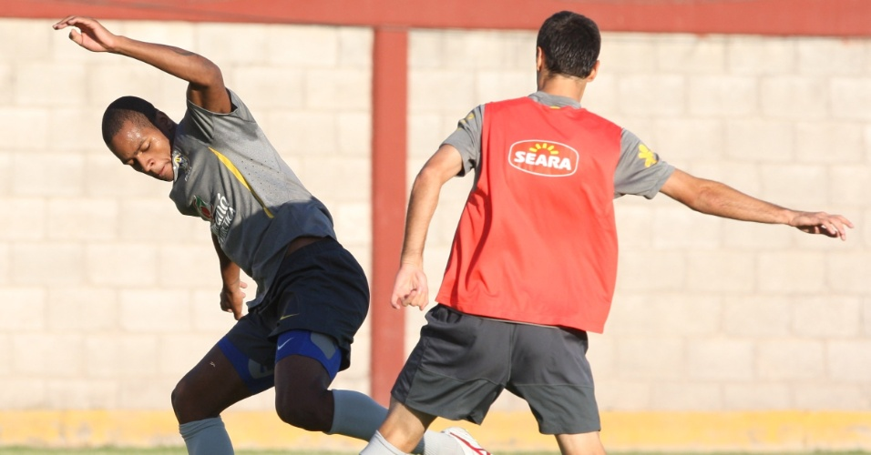 Dedé e Jonas disputam a bola no primeiro treino do Brasil para o amistoso contra os mexicanos, no dia 11 de outubro (08/10/2011)