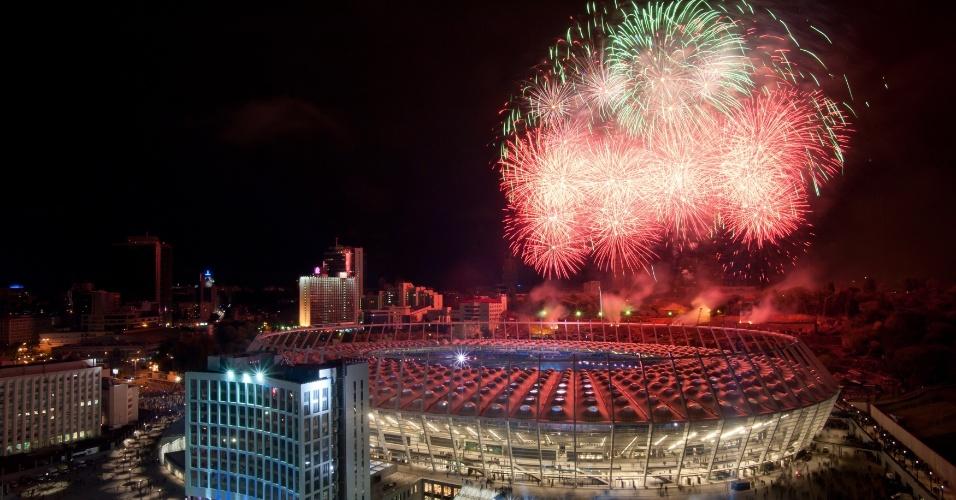 Fogos de artifício colorem a festa de inauguração do novo estádio Olímpico de Kiev, na Ucrânia, palco da final da Eurocopa de 2012