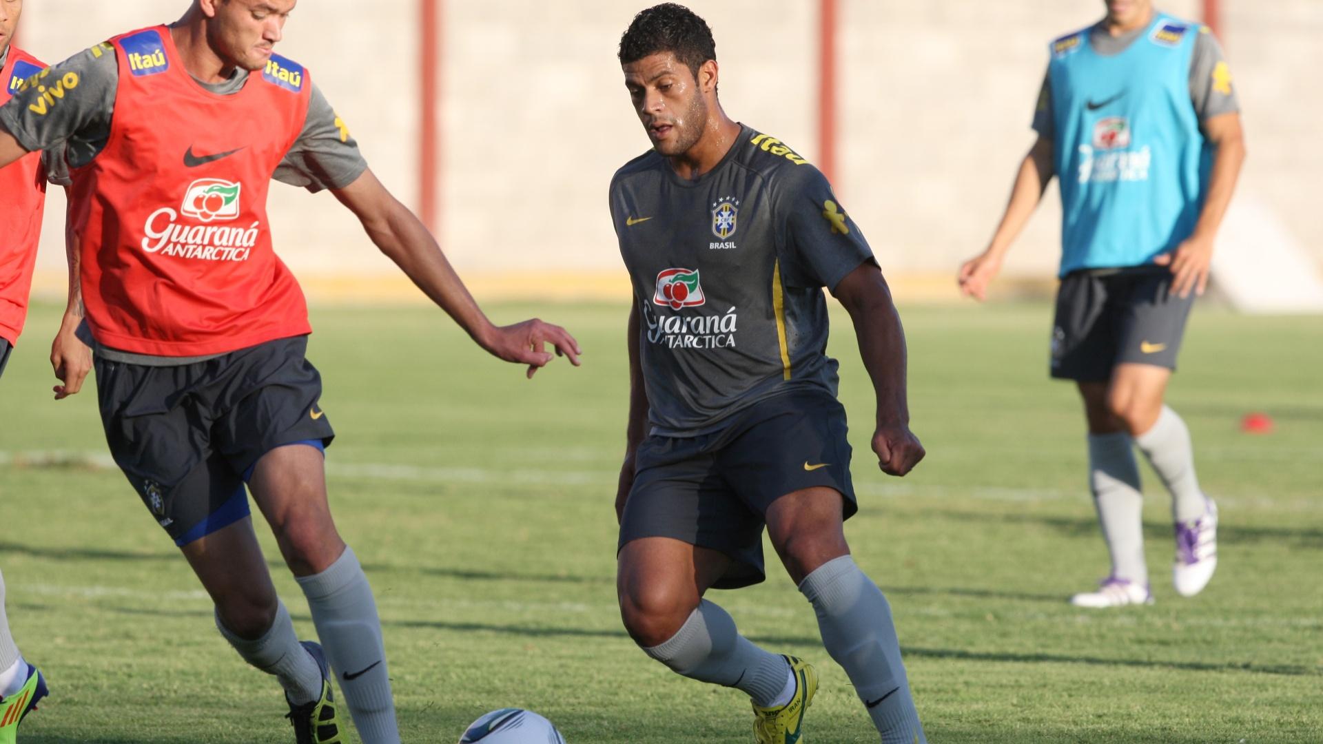 Hulk é marcado por Réver no treino da seleção brasileira para o confronto contra o México, no dia 11 de outubro (08/10/2011)
