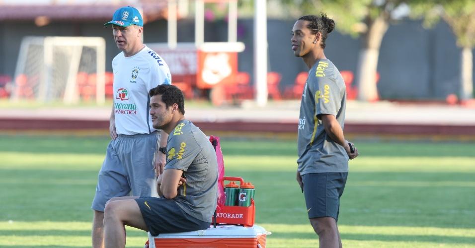 Julio César e Ronaldinho Gaúcho, foram ao gramado, mas só observaram o treino do Brasil, depois de terem jogado na vitória por 1 a 0 sobre a Costa Rica (08/10/2011)