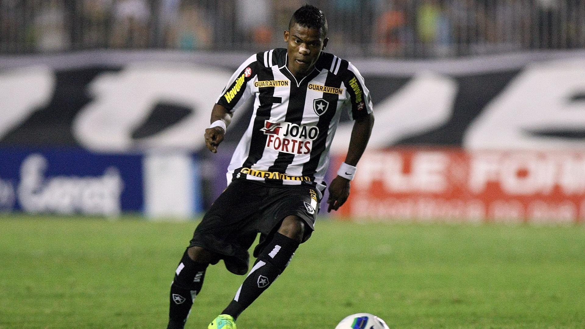 Maicosuel, do Botafogo, domina a bola contra o Bahia em São Januário