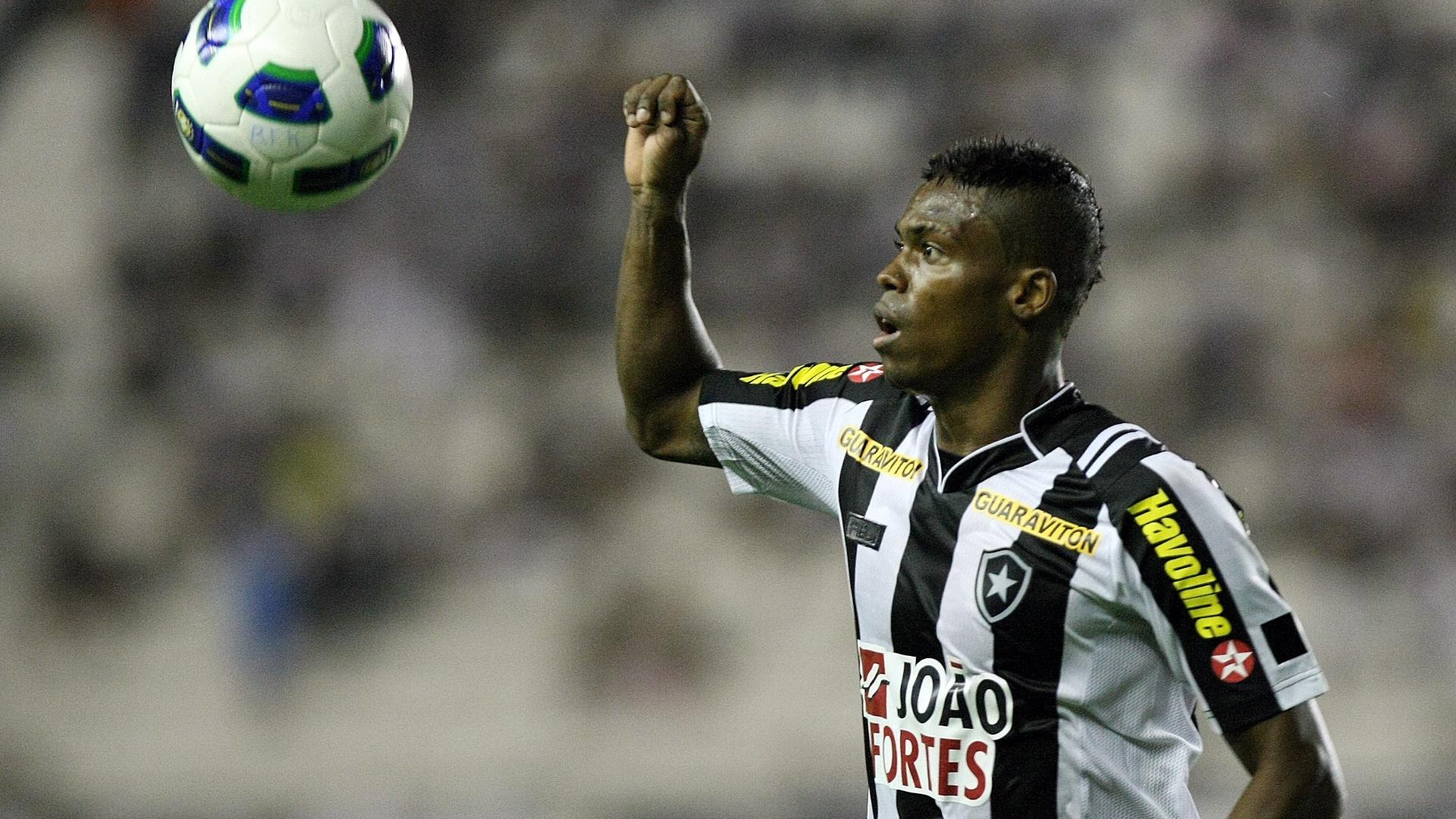 Maicosuel tenta dominar a bola para o Botafogo em partida contra o Bahia em São Januário