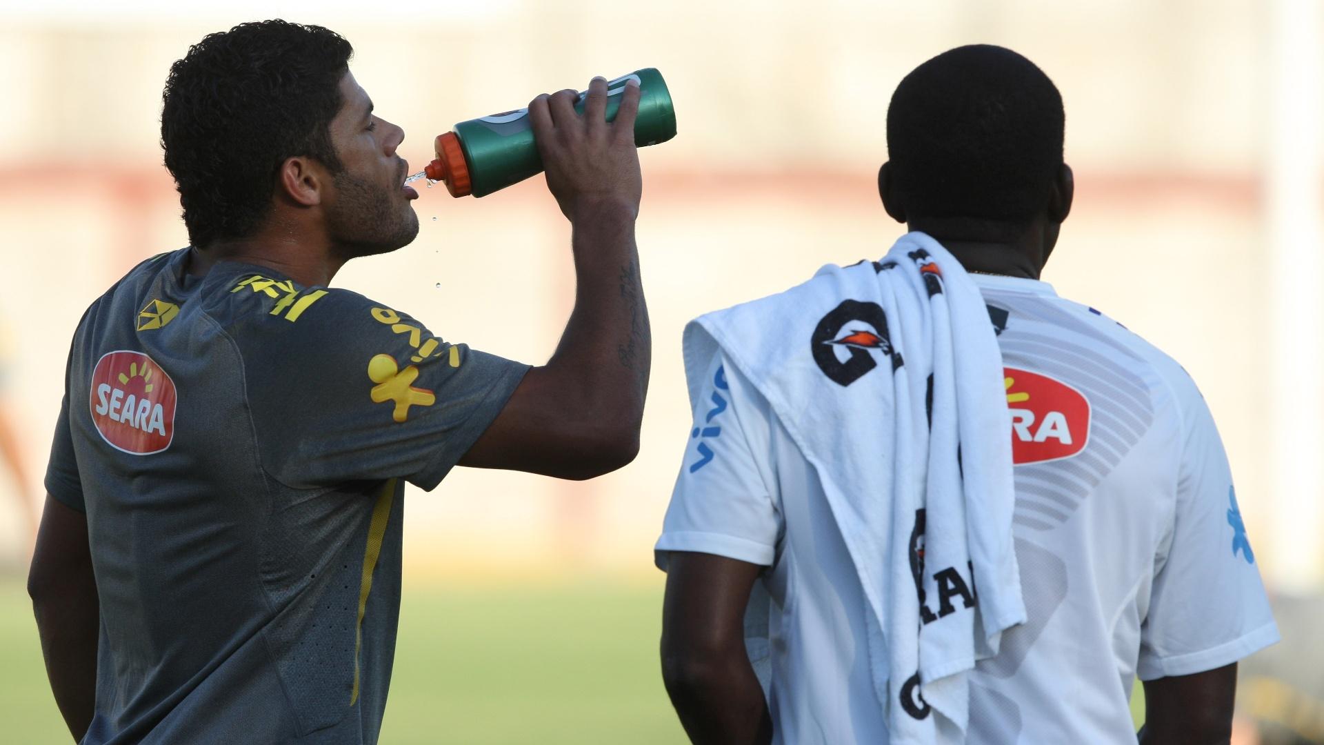 O atacante Hulk se refresca no primeiro treino do Brasil no México (08/10/2011)
