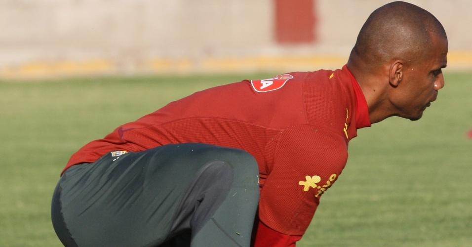 O goleiro Jefferson, que deve assumir a condição de titular após o corte de Julio César, realiza defesa no treino do Brasil (08/10/2011)