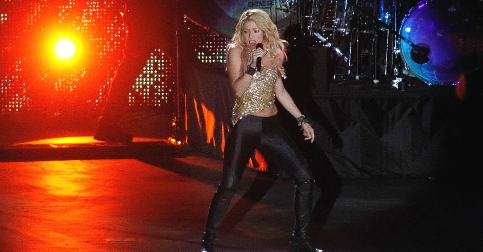 Out.2011 - Shakira canta durante a inauguração do novo estádio Olímpico de Kiev, na Ucrânia, palco da final da Euro 2012; cantora colombiana tem marcado presença em grandes eventos esportivos e é noiva do defensor do Barcelona Piqué