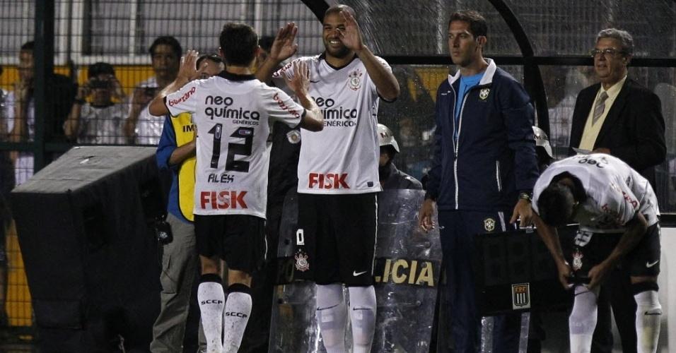 Adriano entra no lugar de Alex no segundo tempo de Corinthians 3 x 0 Atlético-GO