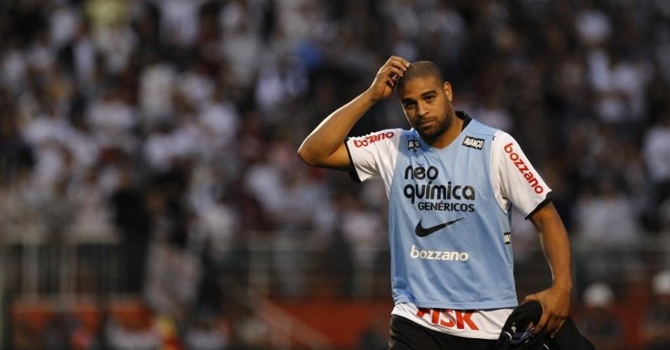 Adriano se apresenta em campo para ficar no banco do Corinthians contra o Atlético-GO
