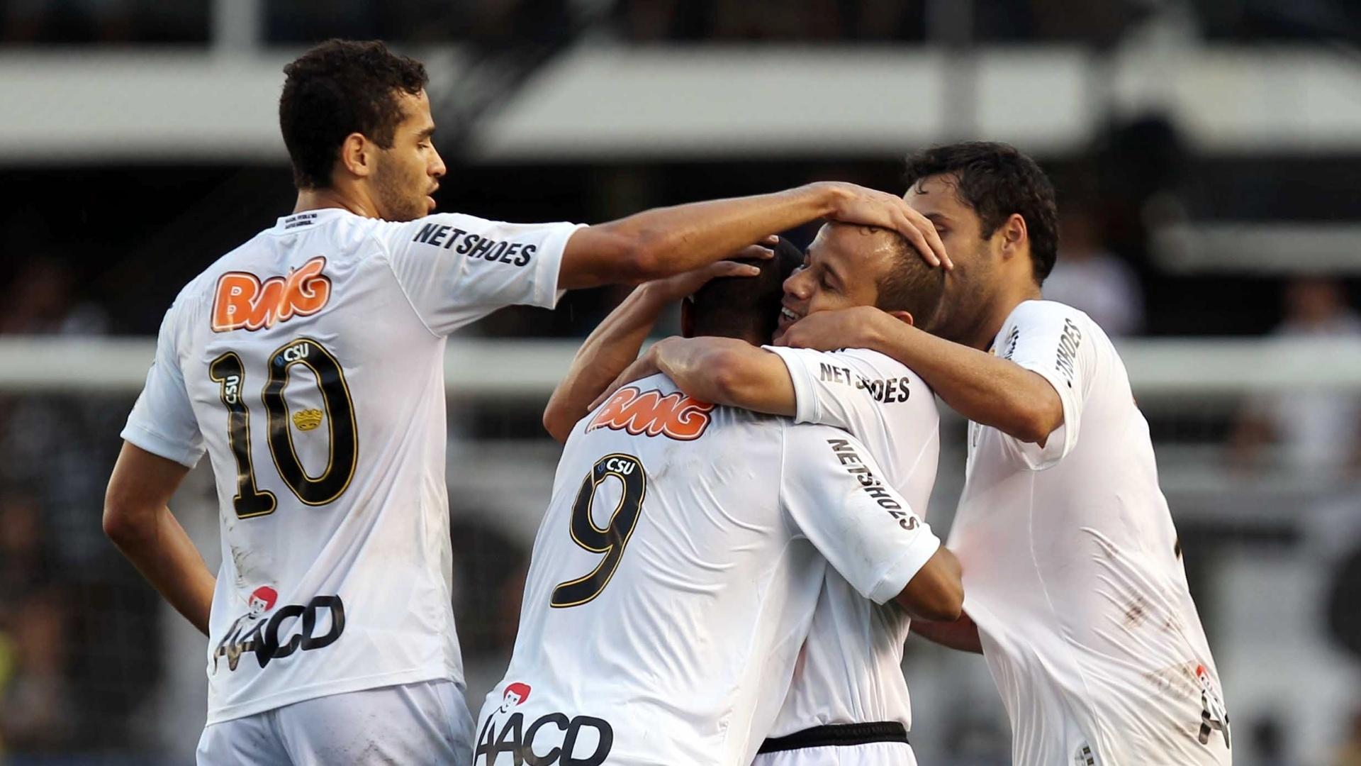 Borges e Léo se abraçam depois do gol que deu a vitória ao Santos por 1 a 0 contra o Palmeiras