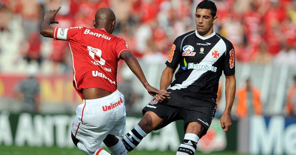 Diego Souza, do Vasco, disputa bola com Kléber, do Internacional