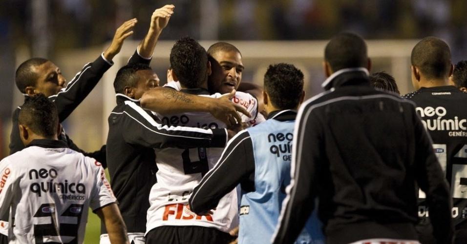 Leandro Castan comemora com Adriano o primeiro gol do Corinthians contra o Atlético-GO