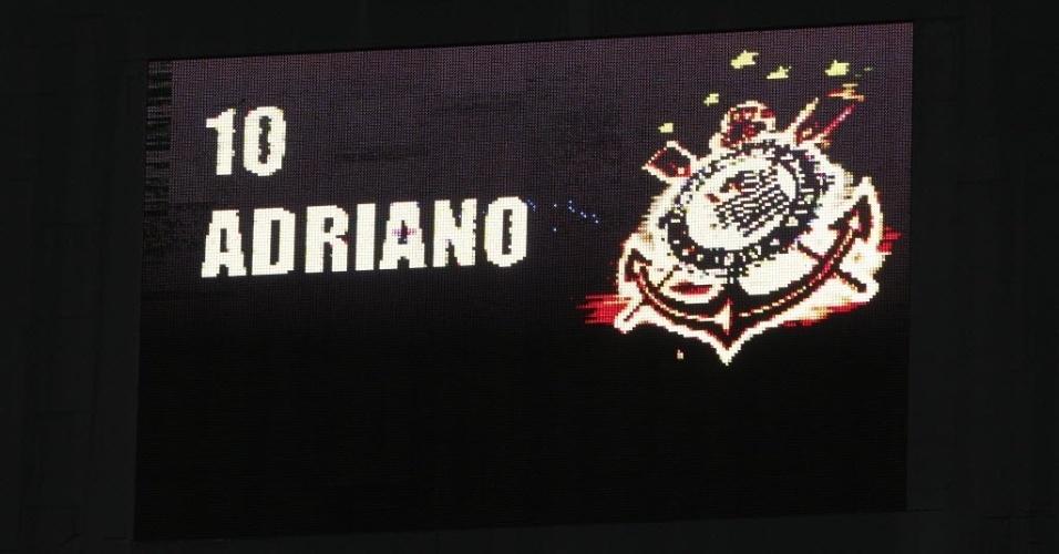 Letreiro do Pacaembu anuncia Adriano com a camisa 10 do Corinthians, no banco contra o Atlético-GO