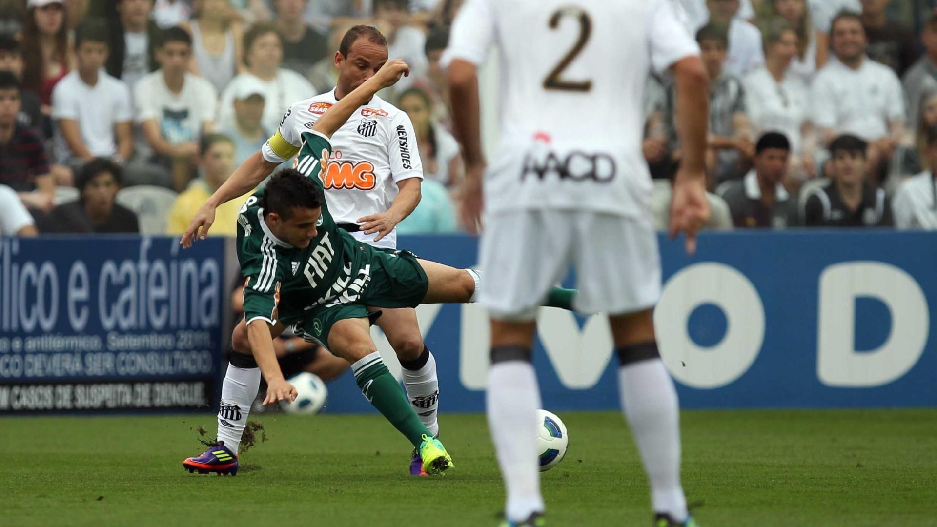 Maikon Leite se desequilibra enquanto recebe a marcação de Léo, na Vila Belmiro, no confronto entre Palmeiras e Santos