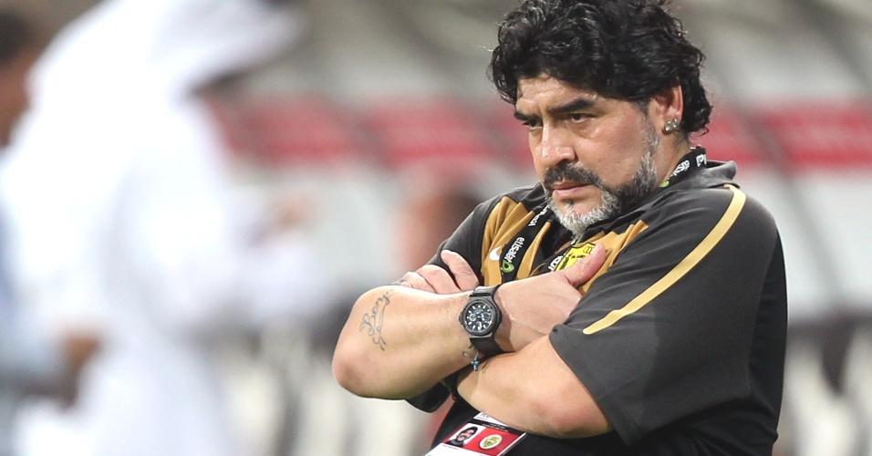Maradona faz cara de poucos amigos durante partida do Al Wasl