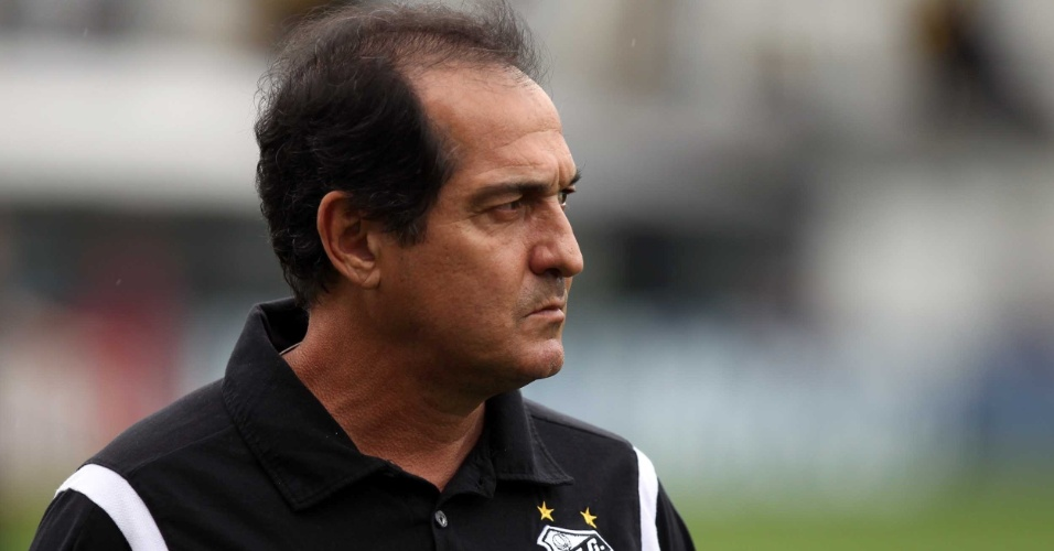 Muricy Ramalho observa atentamente a movimentação em campo, durante Santos e Palmeiras