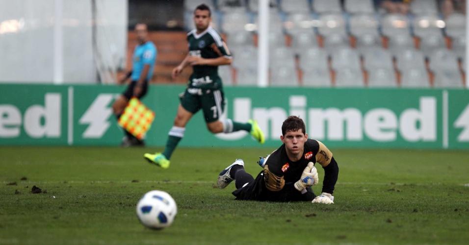 O goleiro santista Rafael observa a bola sair pela linha de fundo, contra o Palmeiras