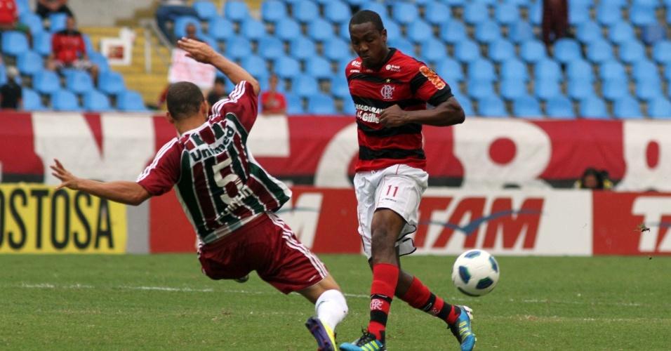 Renato Abreu passa a bola enquanto o volante Edinho, do Fluminense, dá um carrinho para impedir a jogada