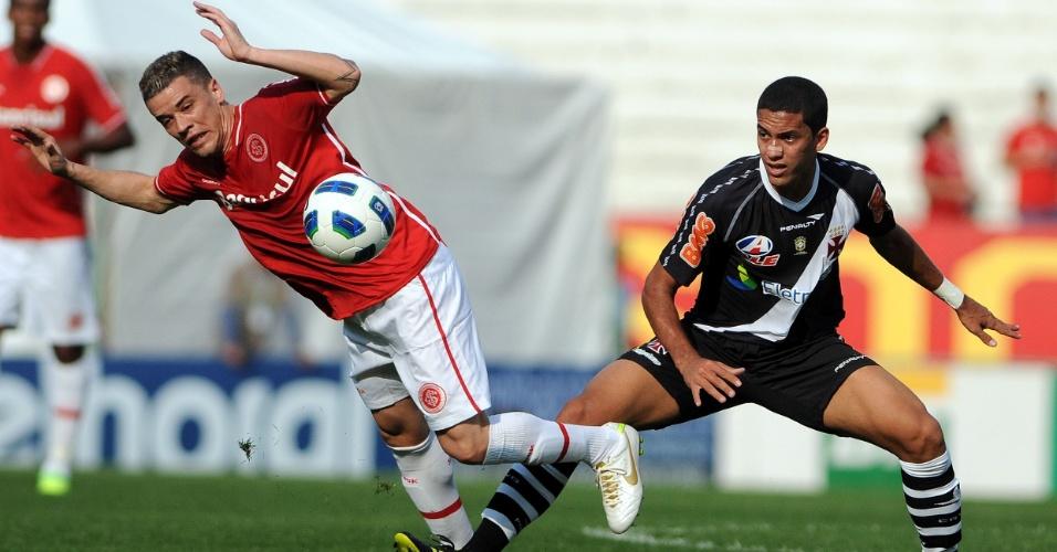 Rômulo marca D'Alessandro durante jogo do Internacional contra o Vasco no Beira-Rio
