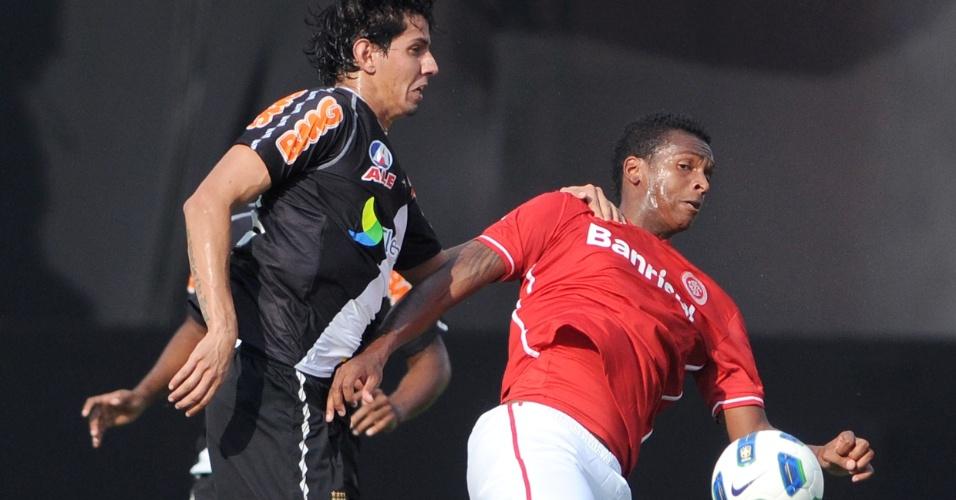 Victor Ramos marca o atacante Jô durante confronto entre Inter e Vasco no Beira-Rio