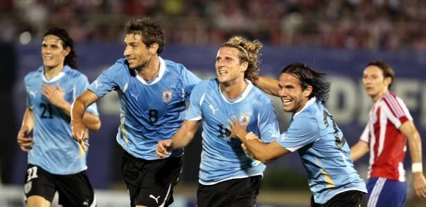 Melhor jogador da Copa de 2010, Forlán (centro), é um dos destaques do Uruguai - EFE/Andres Cristaldo