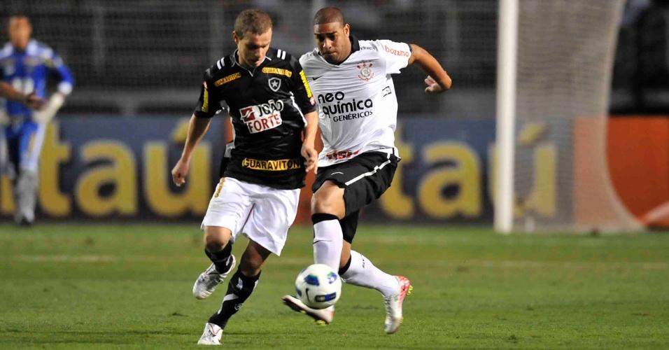 Adriano tenta tomar a bola de Marcelo Mattos na partida entre Corinthians e Botafogo (12/10/11)