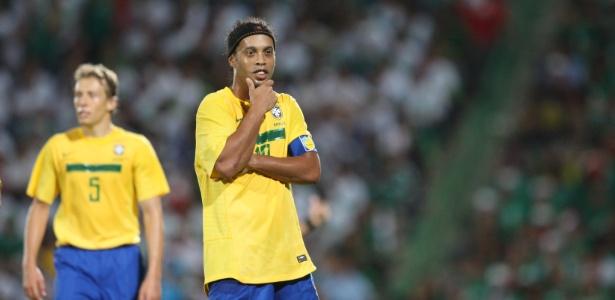"""Autor do gol de empate contra o México, Ronaldinho comemora """"parado na esquina"""""""