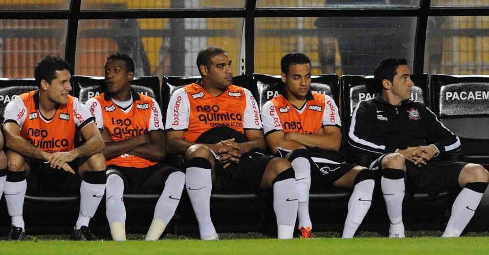 Com Adriano e Chicão no banco, reservas do Corinthians acompanham a partida contra o Botafogo (12/10/11)