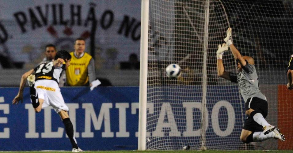 Loco Abreu completa de cabeça, vence Julio Cesar e abre o placar para o Botafogo contra o Corinthians (12/10/11)