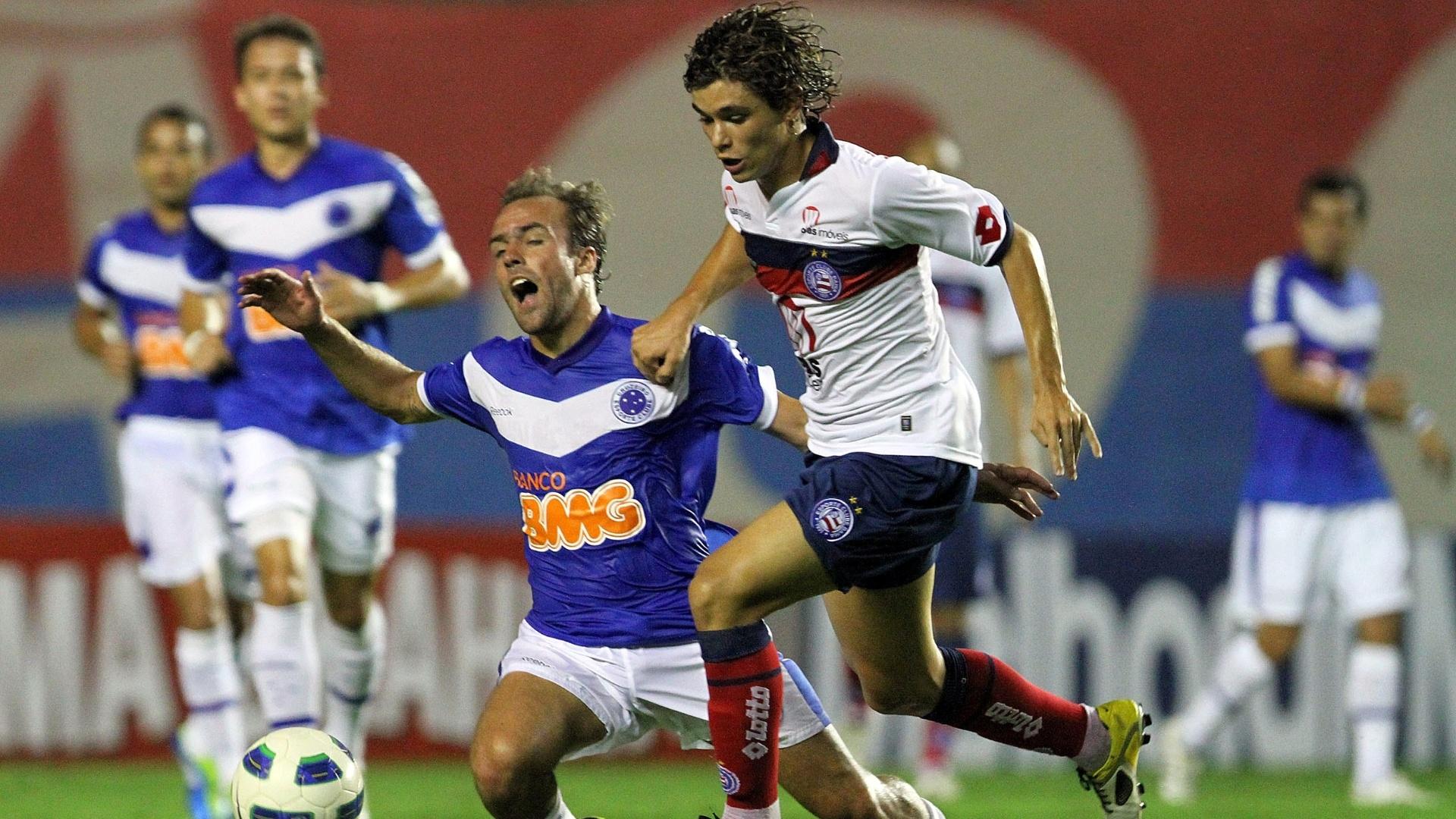 Roger reclama de falta na partida entre Bahia e Cruzeiro em Salvador (12/10/11)