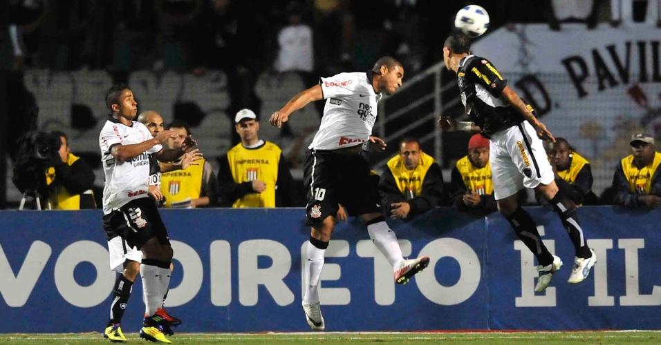Adriano disputa jogada com Antonio Carlos na partida entre Corinthians e Botafogo (12/10/11)