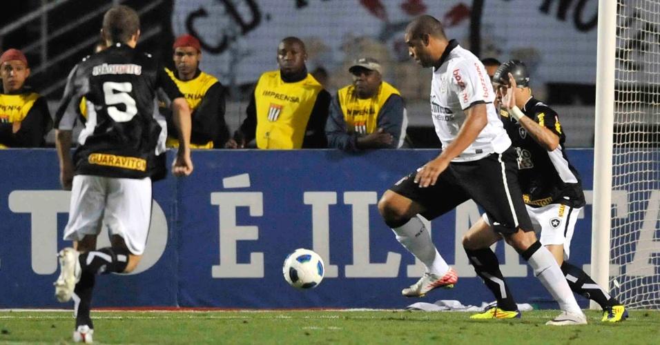 Adriano tenta passar pela marcação na partida entre Corinthians e Botafogo (12/10/11)