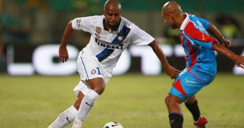 Brasileiro Maicon tenta fintar defensor no jogo entre Inter de Milão e Catania pelo Campeonato Italiano