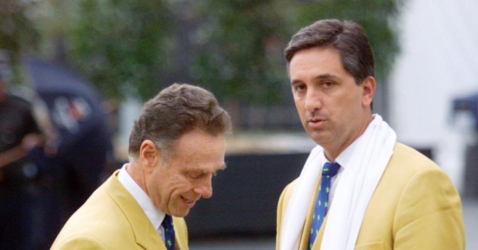 Carlos Arthur Nuzman e Marcus Vinicius Freire durante a chegada da delegação brasileira em Sydney-2000