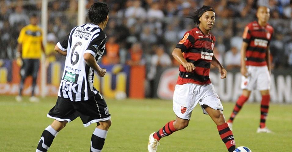 Ronaldinho Gaúcho encara a marcação na partida entre Ceará e Flamengo (15/10/11)