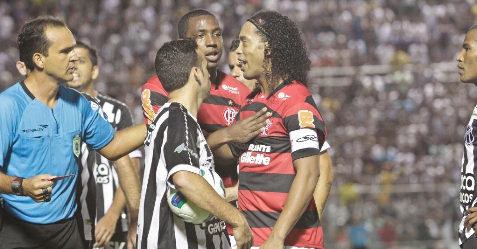 Ronaldinho Gaúcho recebeu cartão vermelho ainda no primeiro tempo da partida entre Ceará e Flamengo (15/10/11)