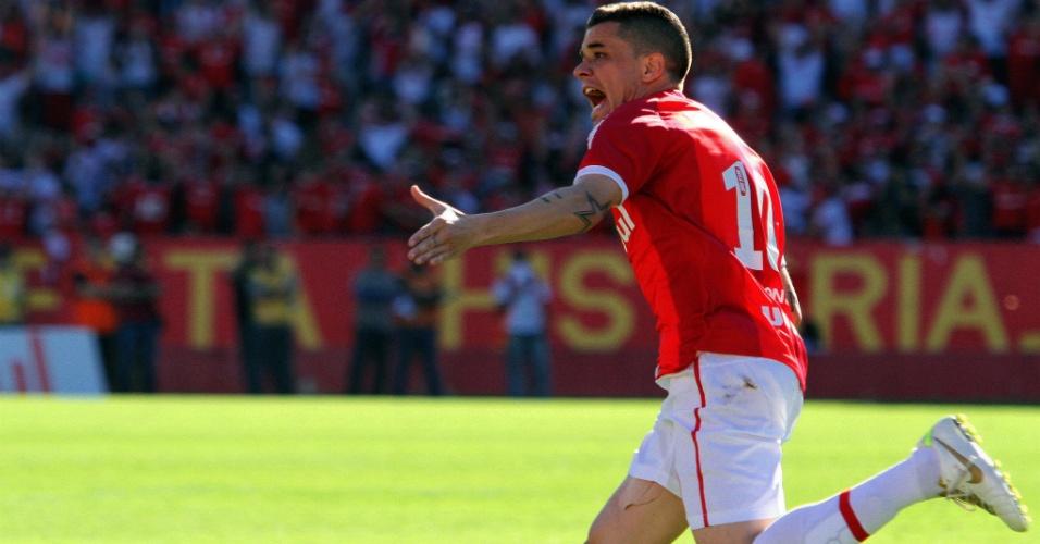 D' Alessandro comemora após marcar um gol na vitória do Inter sobre o Avaí
