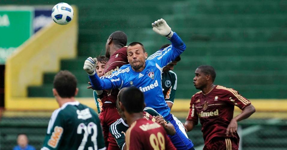 Diego Cavalieri dá soco na bola e evita o gol do Palmeiras na partida contra o Fluminense (16/10/11)