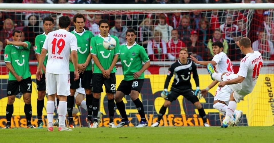 Lukas Podolski bate falta na partida entre Colônia e Hannover pelo Alemão