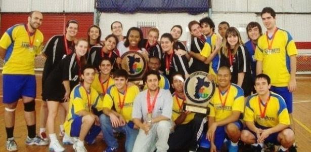 Você Manda: Mônica Gandolphi com a Equipe Masculina e Feminina de Handebol da MM Escola de Esportes. Campeões da fase Regional dos Jogos da Cidade de São Paulo em 2011