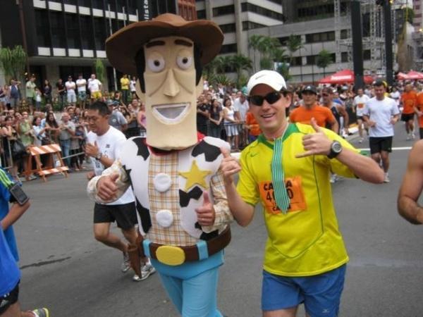 Você Manda: Valter (Woody) Pedroza, 35 anos, São Paulo (SP), na São Silvestre 2010 ao lado do personagem que lhe rendeu o apelido