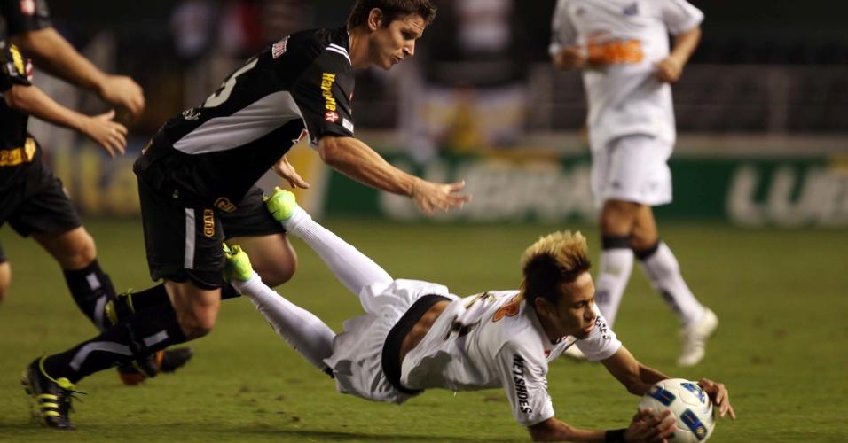 Neymar sofre a falta e segura a bola durante partida entre Santos e Botafogo, válida pela 21ª rodada do Campeonato Brasileiro 2011
