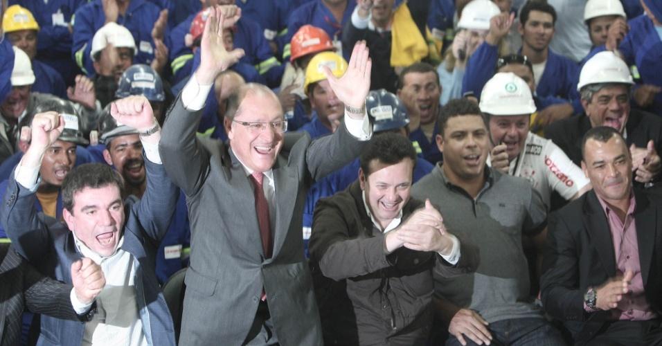 Alckmin e Andrés levantam para comemorar o anúncio do Itaquerão como abertura da Copa (20/10/2011)