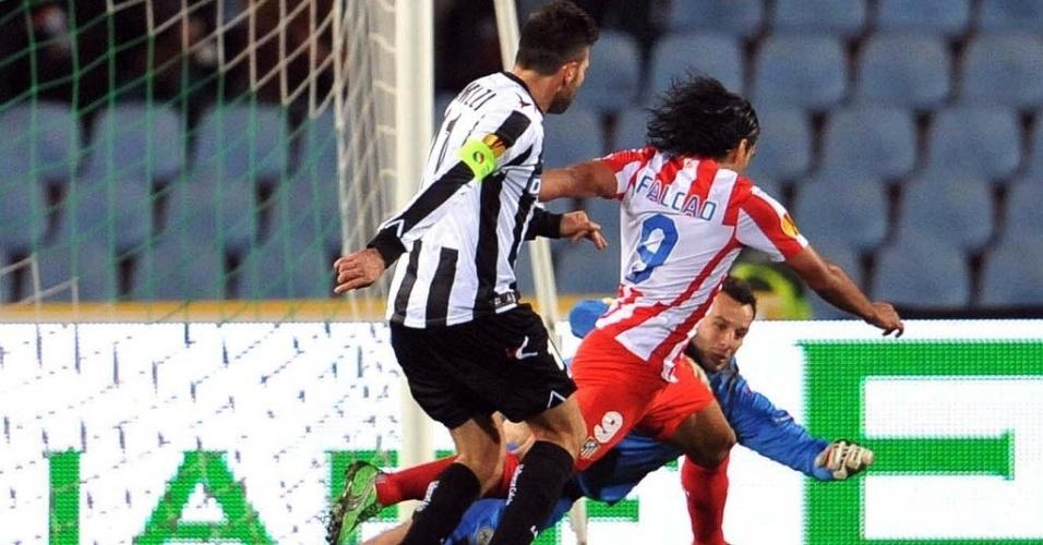 Falcão Garcia, do Atlético Madri, tenta passar pelo goleiro da Udinese