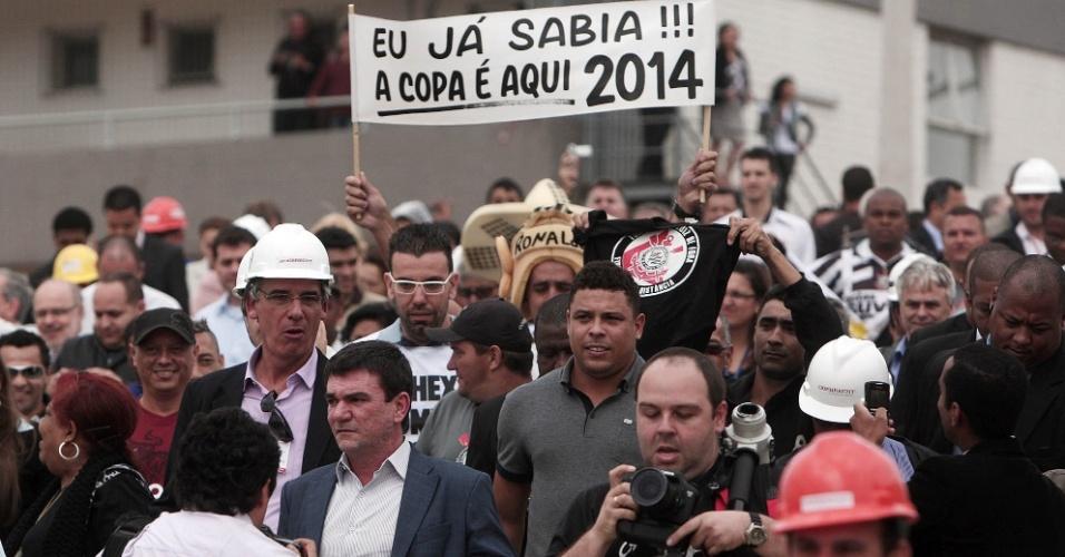 Ronaldo e Andrés caminham no Itaquerão cercados por seguranças e curiosos (20/10/2011)