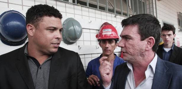 Ronaldo e Andrés Sanchez conversam no Itaquerão durante anúncio da abertura