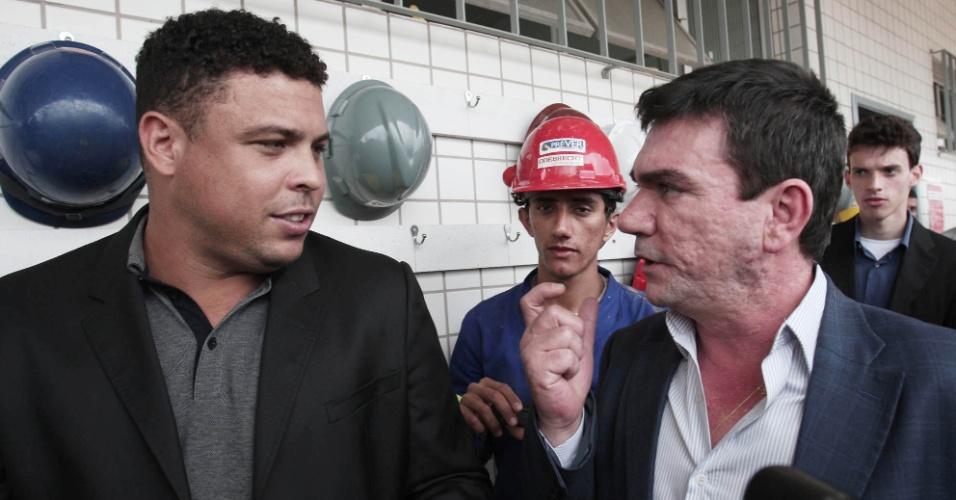 Ronaldo e Andrés Sanchez conversam no Itaquerão, que será a abertura da Copa de 2014 (20/10/2011)