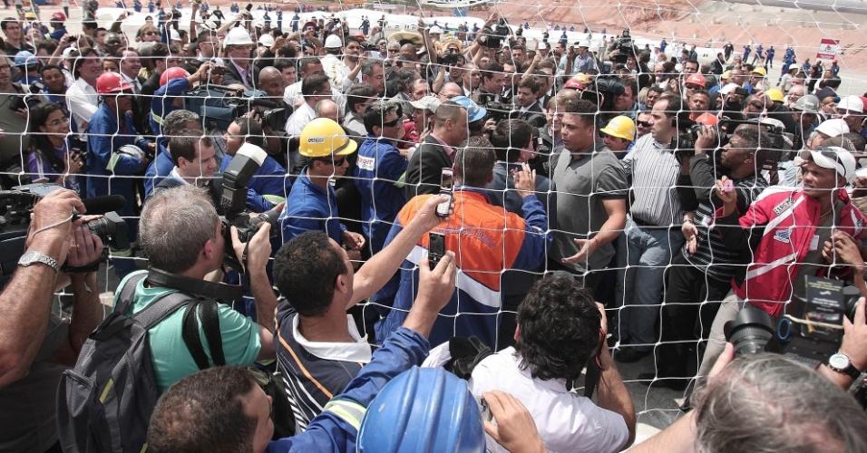 Ronaldo e Andrés Sanchez conversam perto de uma das traves do Itaquerão (20/10/2011)