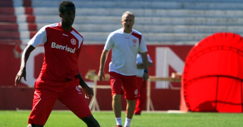 Atacante Jô, do Inter, durante treinamento nesta sexta no Beiro-Rio
