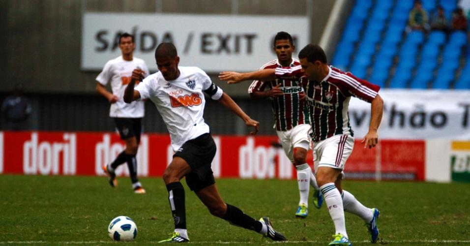 Leonardo Silva (esq.) disputa a bola com Edinho durante partida entre Fluminense e Atlético-MG