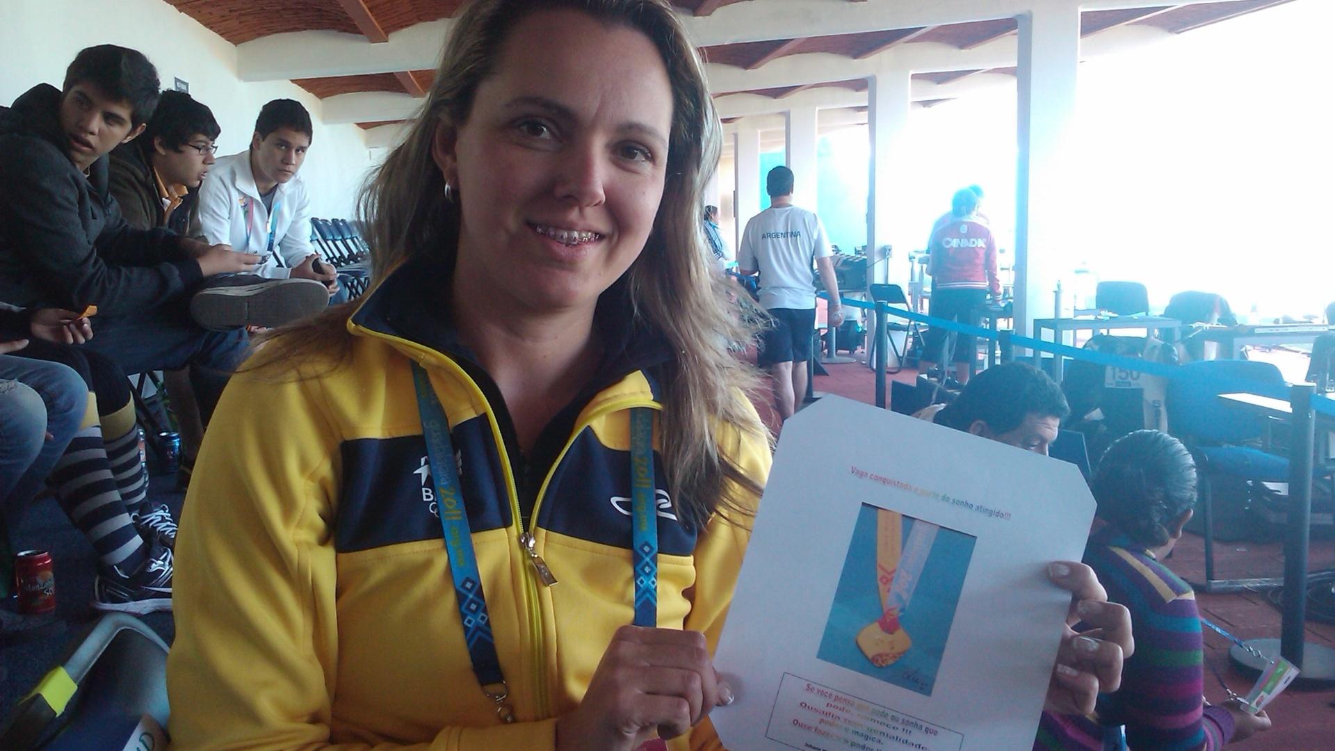 Rosane Ewald exibe a imagem que usa para se concentrar para as provas de tiro (22/10/2011)