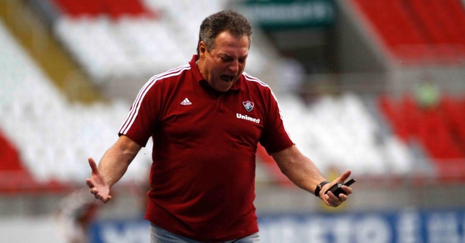 Técnico Abel Braga reclama durante partida entre Fluminense e Atlético-MG
